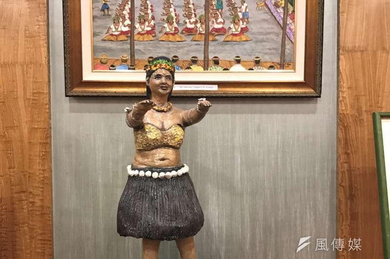 2019年7月12日,吉里巴斯駐台灣大使館也首次在台灣舉辦國慶酒會,活動現場展出我國首任駐吉里巴斯大使陳士良的雕刻創作。(蔡娪嫣攝)