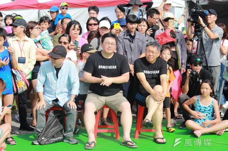 台北市長柯文哲(前右)下午出席活動時表示,他不是反紅媒、也反綠媒。(方炳超攝)