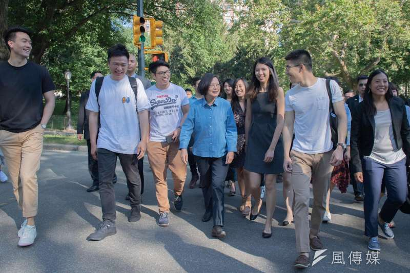 20190714-總統蔡英文出訪去程過境紐約,13日與海外的台灣青年在紐約中央公園一起快走、話家常。(取自蔡英文臉書)