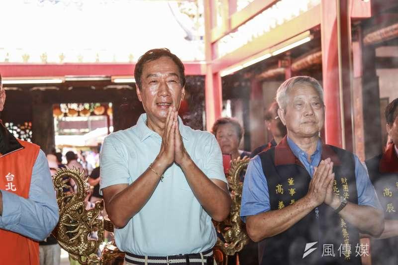 作者認為中華文化敬鬼神的根底精神正是「護蒼生」,圖為國民黨總統初選參選人郭台銘拜廟祈福。(簡必丞攝)