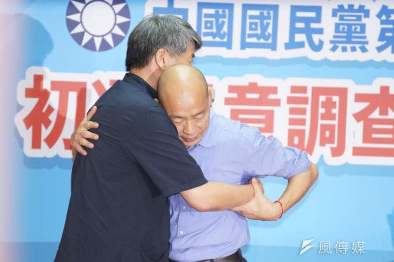 20190715-高雄市長韓國瑜出席總統初選民調結果記者會,並與張亞中相擁、惺惺相惜。(盧逸峰攝)