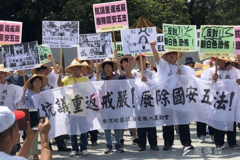 20190715-解嚴32週年,過去的政治犯們連同家屬,聚集在白色恐怖政治受難者紀念碑前,抗議民進黨政府重返威權。(張雅如攝)