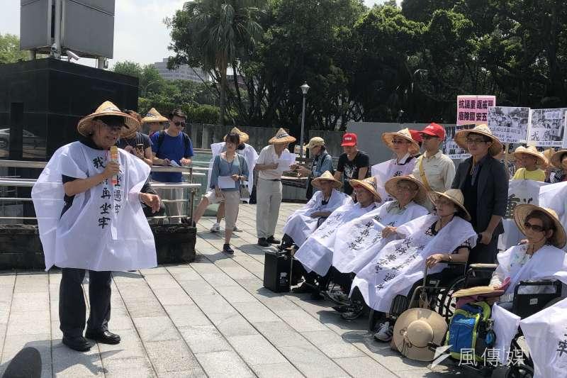 20190715-成大共產黨案的受難者代表,曾被判處死刑的吳榮元先生(圖左)發表談話。圖右則為政治受難者及其家屬。(張雅如攝)