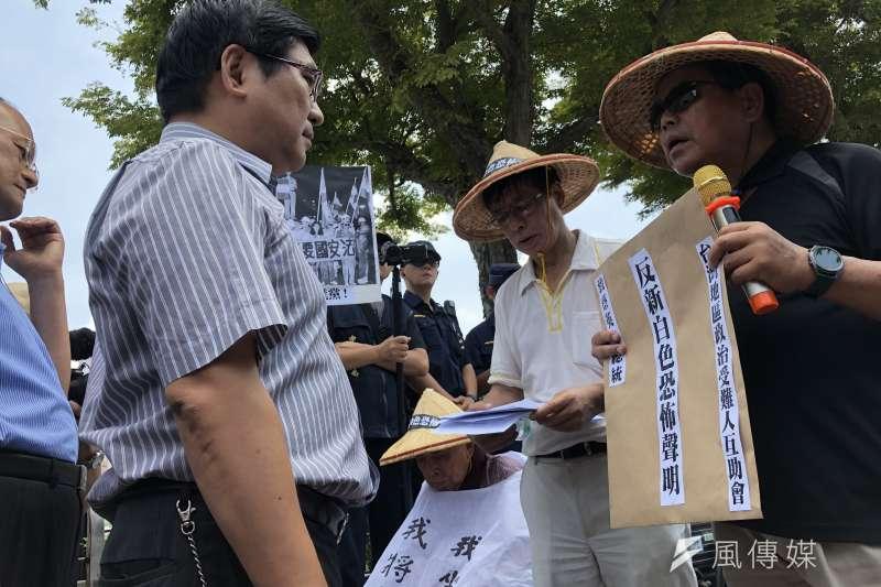 20190715-總統府前,台灣地區政治受難人互助會總會長,林燿呈(圖右)將聲明書遞交給總統府代表(圖左)。(張雅如攝)