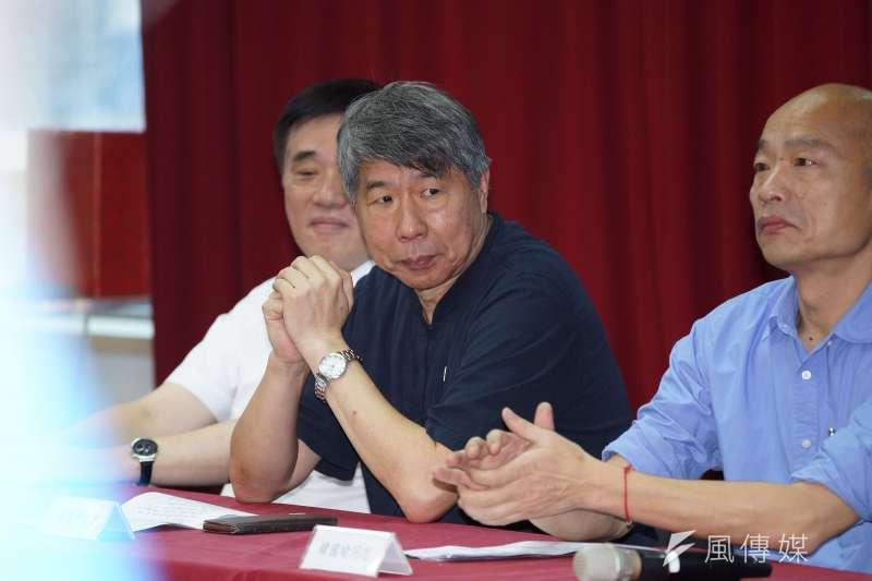 台大政治系教授張亞中(中)批評國民黨,不敢接受九二共識主張。(資料照片,盧逸峰攝)
