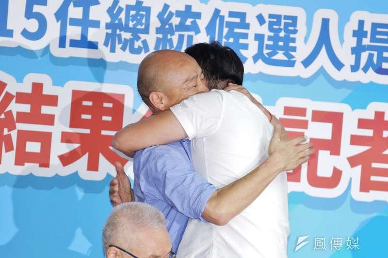 20190715-國民黨總統初選結果公佈記者會,韓國瑜與周錫瑋互相擁抱。(盧逸峰攝)
