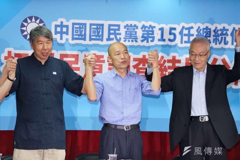 被問到帶職參選,高雄市長韓國瑜(中)昨說,「尊重議會國民黨團意見,爭取帶職參選。」(資料照,盧逸峰攝)