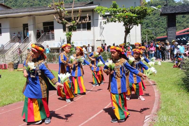 茂林區多納里舉行黑米祭傳薪儀式,男女老少盛裝參與部落傳統慶典。(圖/徐炳文攝)