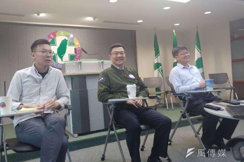 民進黨主席卓榮泰(中)16日率同黨副秘書長林飛帆(左)、郭昆文(右)等人與媒體茶敘。(顏振凱攝)
