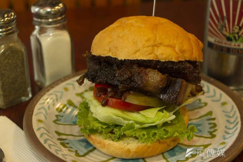 Ed's Diner 漢堡直接夾入烤牛胸肉,讓顧客享受大口吃肉的滿足感。(圖/葉滕騏攝)