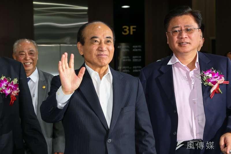 前立法院長王金平(舉手者)17日出席「第一屆金舶獎頒獎典禮」,對敏感問題皆不多做回應。(顏麟宇攝)