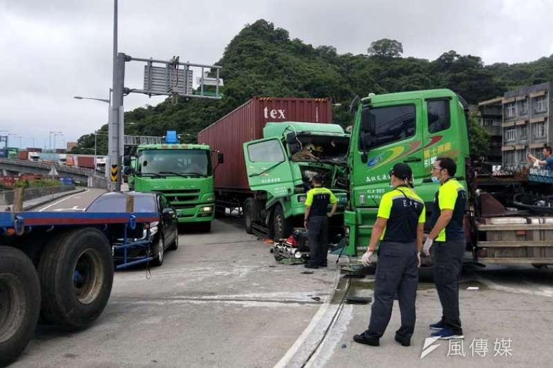 台62甲線匝道出口,發生貨櫃車追撞事故,車流受阻長達數公里。(圖/記者張毅攝)