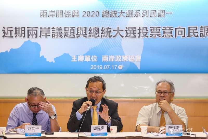 兩岸政策協會理事長譚耀南17日舉行「近期兩岸議題與2020總統大選投票意向民調」座談會。(顏麟宇攝)