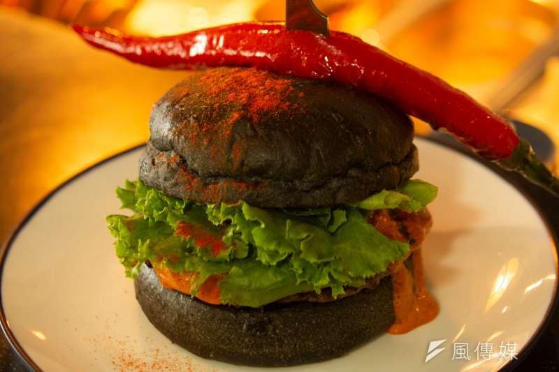 Selfish Burger店長相當有自信地說:Selfish Burger最大的優勢,就是專注在「賣漢堡」這件事上。(圖/葉滕騏攝)