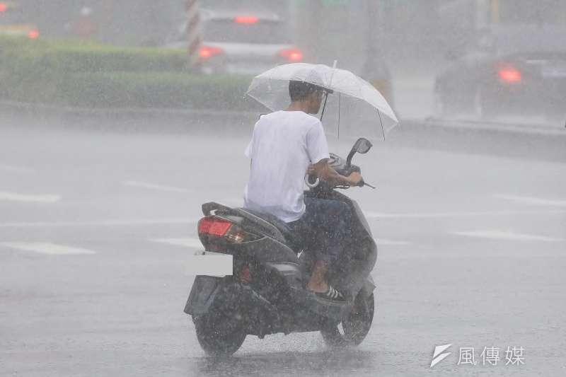 氣象專家吳德榮表示,近期陸續形成多個颱風,包括位於關島、菲律賓間的熱帶低壓,有機會增強為颱風利奇馬;另外一個熱帶低壓在關島、菲律賓之間,即將發展成輕度颱風「利奇馬」。示意圖。(資料照,盧逸峰攝)