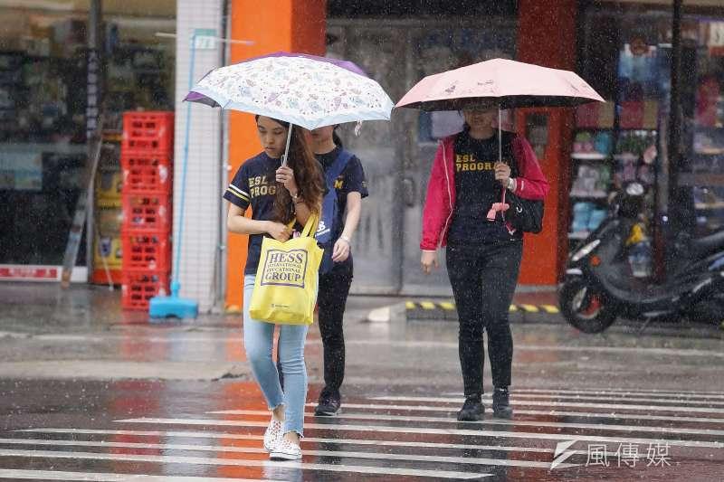 根據中央氣象局最新預報,周末受到西南風影響,中南部地區可能出現局部降雨,且整日雨勢斷斷續續。示意圖。(資料照,盧逸峰攝)