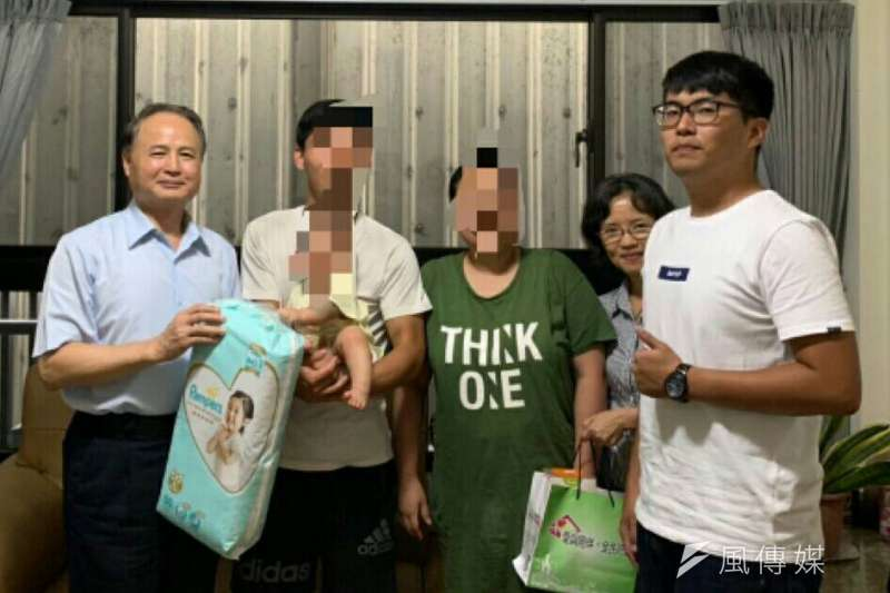 毒防局局長阮清陽(左一)主動拜訪「螢火蟲家族」結訓成員小金,關懷他過去用藥原因、戒癮動機以及戒癮後的生活狀況。(圖/徐炳文攝)