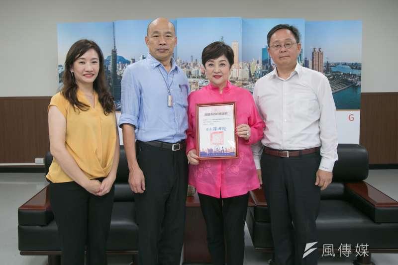 高雄市長韓國瑜(左二)親自致贈感謝狀向甄珍(右二)表達感謝之意。(圖/徐炳文攝)
