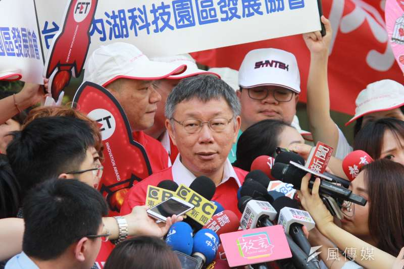 台北市長柯文哲25日出席台北市內湖科學園區千人捐血活動,會後受訪。(方炳超攝)
