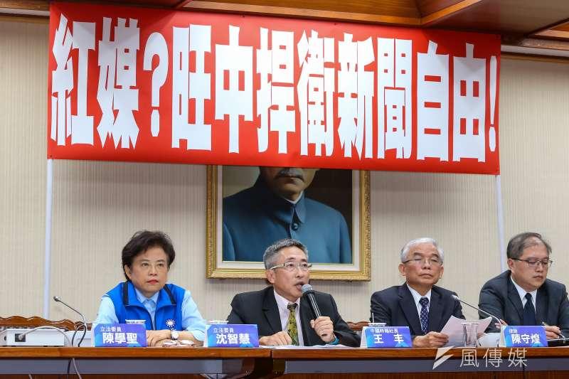 針對「紅媒爭議」,中國時報社長王丰(左二)19日舉行「紅媒?旺中捍衛新聞自由!」記者會,嚴正駁斥金融時報相關報導。(顏麟宇攝)
