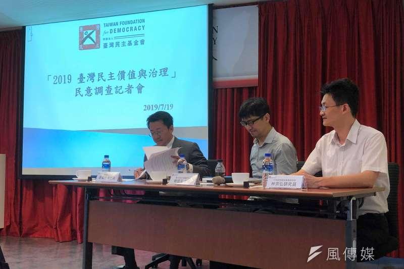 台灣民主基金會舉行台灣民主價值與治理民意調查記者會。從左到右分別是台灣民主基金會執行長廖福特、國立政治大學選研中心主任蔡佳泓、中央研究院社會研究員林宗弘(張雅如攝)
