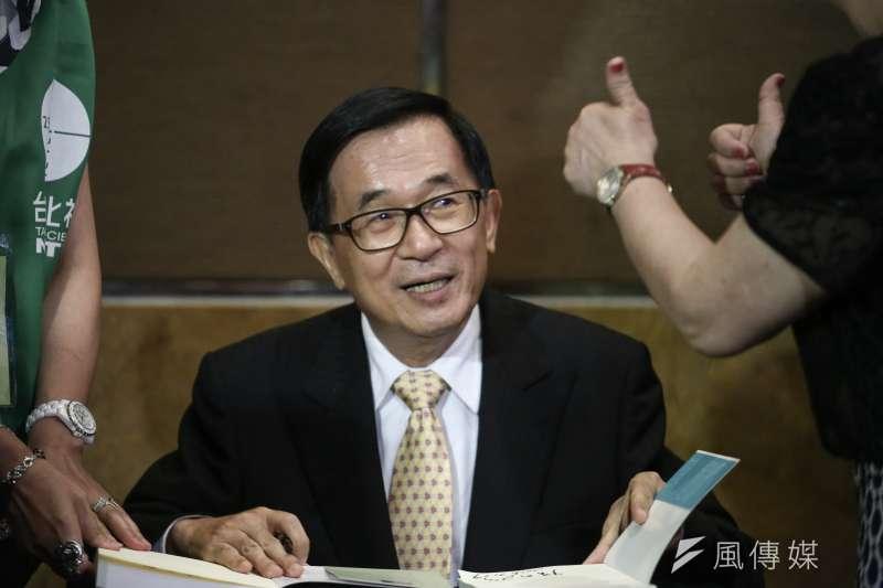 前總統陳水扁今天晚間出席「台灣北社18周年募款餐會暨陳水扁總統簽書會」,親自簽書約35分鐘。(陳品佑攝)