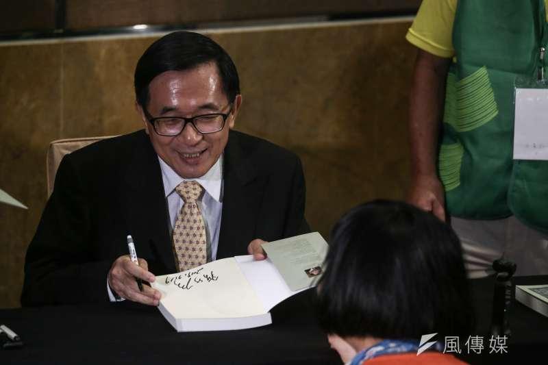 20190719-前總統陳水扁今天晚間出席「台灣北社18周年募款餐會暨陳水扁總統簽書會」,親自簽書約35分鐘。(陳品佑攝)