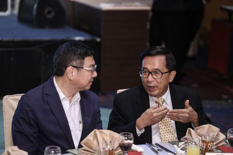 民進黨主席卓榮泰(左)晚間出席北社募款餐會,座位就在前總統陳水扁(右)旁邊。(陳品佑攝)【飲酒過量,有害健康】