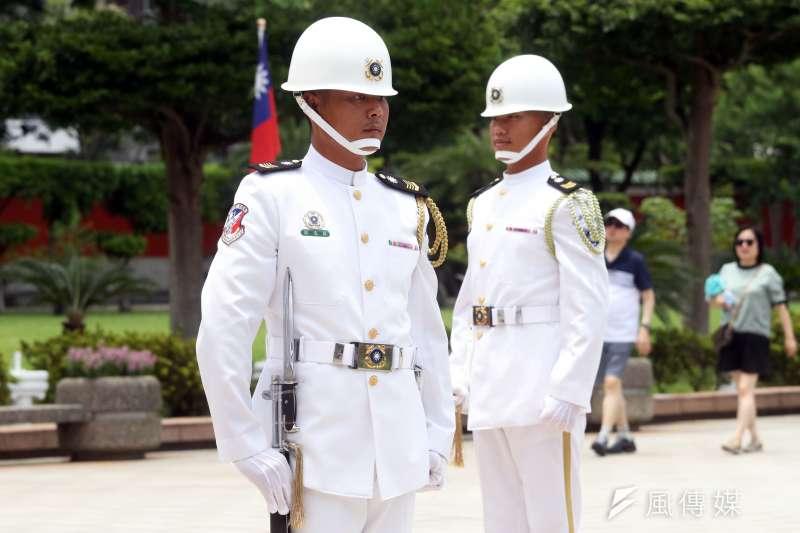 20190721-仲泓調查配圖-海軍儀隊近期悄悄將人員原先縫在左臂上的榮譽上士臂章,改成掛在肩上的榮譽上士肩章。圖為改變後的模樣。(蘇仲泓攝)