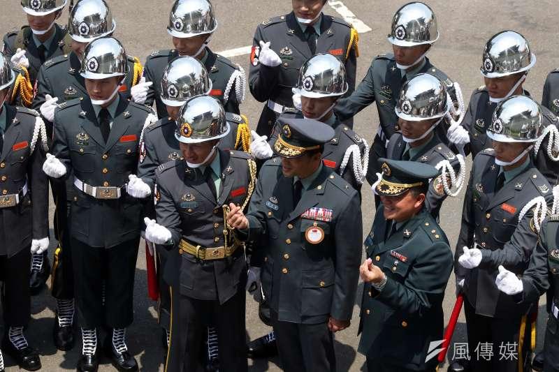 20190721-仲泓調查配圖-陸軍禮砲連也是一個出勤會掛上「榮譽上士」階的單位,人員穿著上和陸軍儀隊幾乎一樣,僅能從臂章、身高等加以區別。(蘇仲泓攝)