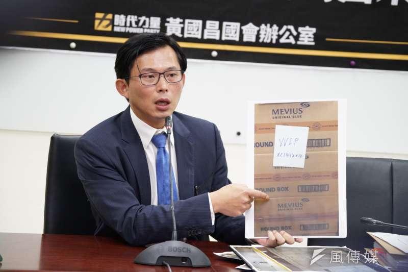 黃國昌表示,有國安局人員藉隨蔡英文出訪之便,走私菸品。(盧逸峰攝)