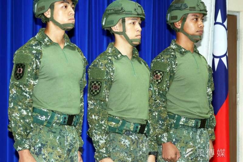 國防部於23日舉行例行記者會,正式對外說明新式救災服使用和撥補情形。(蘇仲泓攝)