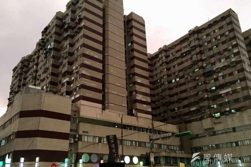 西寧國宅外觀老舊、地基傾斜,外牆可見多處磁磚修補痕跡(許書宇攝)