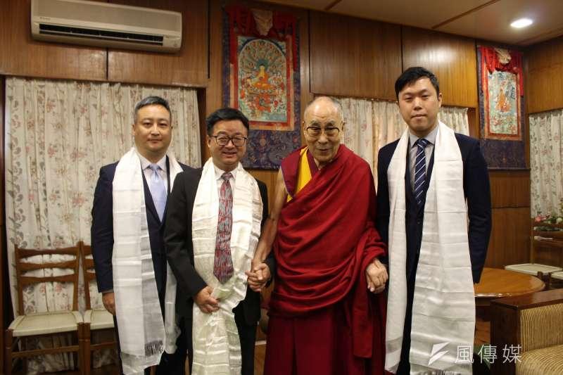 達賴喇嘛(右二)日前表達生日願望時,希望能有機會再度訪台。民進黨前秘書長羅文嘉(左二)在臉書發文表示,「歡迎達賴喇嘛尊者再來台灣一次吧」。(資料照,取自李問臉書)