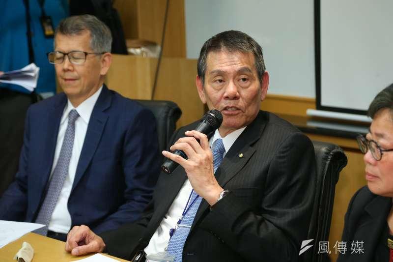 針對國安走私菸案,華航今(2)日終於交出調查檢討報告,圖為華航董事長謝世謙(中)。(資料照片,顏麟宇攝)