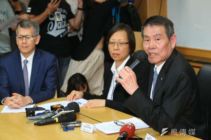 華航董事長謝世謙(右)、資深副總張揚(左)等人召開記者會,針對華航專機免稅菸品銷售事件說明。(顏麟宇攝)