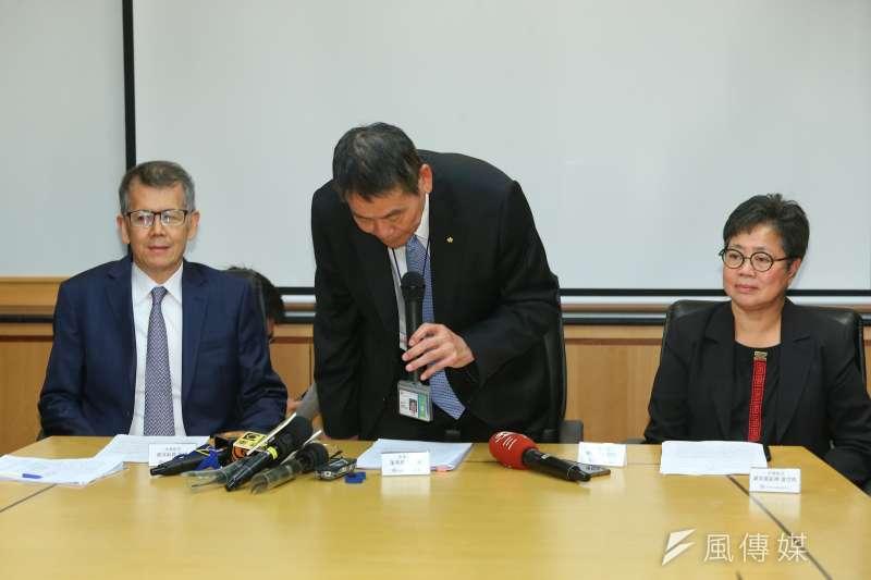 針對國安局私菸案,華航董事長謝世謙(中)、資深副總張揚(左)等人25日召開記者會說明,並對造成社會紛擾鞠躬致歉。(顏麟宇攝)