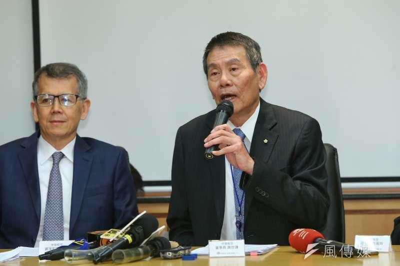 華航董事長謝世謙(右)、資深副總張揚(左)等人25日召開記者會,針對華航專機免稅菸品銷售事件說明。(顏麟宇攝)