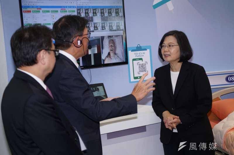 20190725-總統蔡英文參觀亞洲生技大會展場。(盧逸峰攝)
