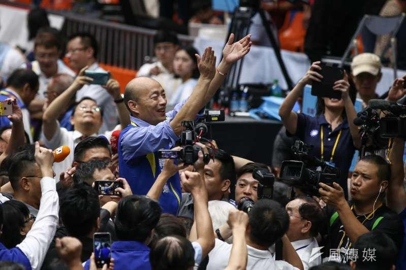 國民黨第20屆第3次全國代表大會,正式提名高雄市長韓國瑜參選2020總統選舉,在支持者的簇擁下暫時離開會場。(陳品佑攝)