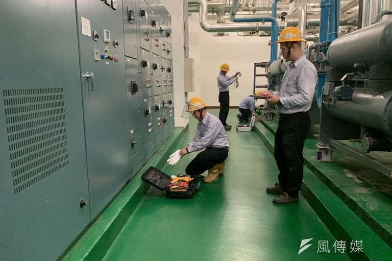 台電人員模擬設備檢測狀況。(尹俞歡攝)