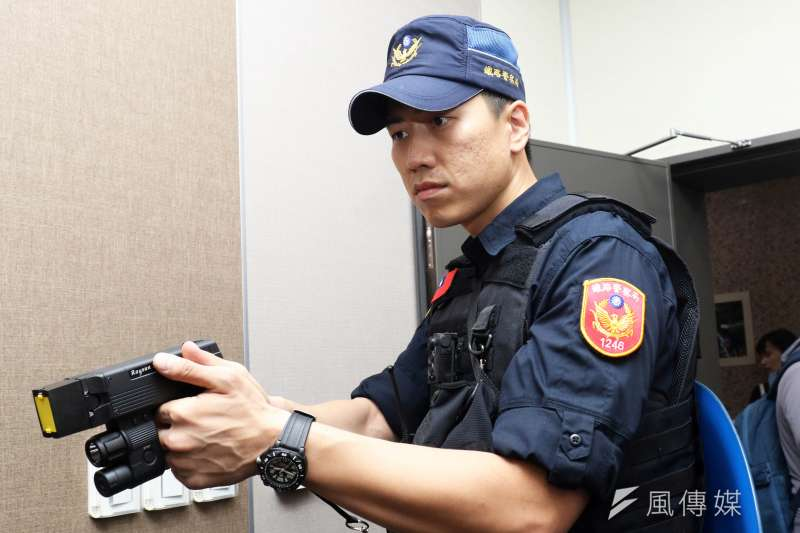 20190730-火車刺警事件案發後社會掀起一波檢討員警出勤裝備聲浪,有業者率先捐贈250支電擊槍給鐵路警察局。(蘇仲泓攝)