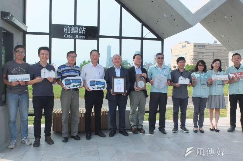 財團法人瑞儀教育基金會在公車前鎮站舉辦候車亭捐贈儀式。(圖/徐炳文攝)