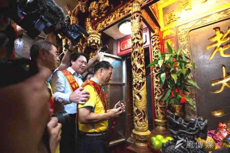 市長林右昌與輪值主普許順發,一起打開龕門,展開為期一個月的中元祭活動。(圖/張毅攝)