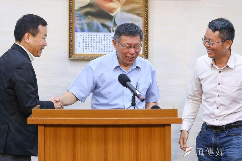 20190801-台北市長柯文哲1日針對組黨事宜接受媒體聯訪,台北市議員鍾小平、徐立信陪同在側。(顏麟宇攝)