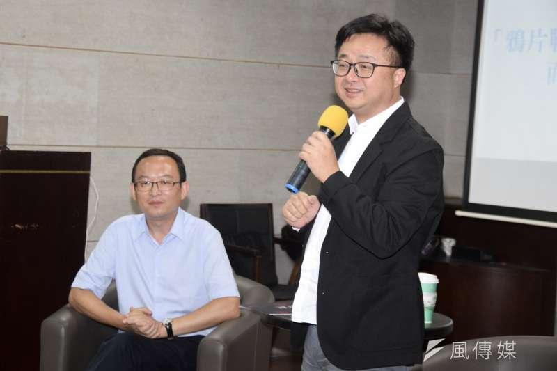 民進黨秘書長羅文嘉(右)2日出席歷史作家余杰(左)《顛倒的民國》新書分享會 。(吳俊廷攝)