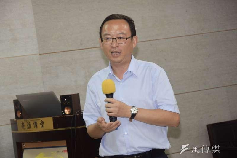 出生中國、現為美國公民的作家余杰發表新書《顛倒的民國》,2日晚間舉行新書分享會。(吳俊廷攝)