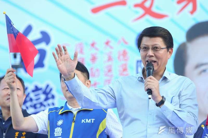國民黨台南市黨部主委謝龍介(右)指出,他在一張媒體提供的照片中,看到韓國瑜的車底下有條不明電線,但沒看到追蹤器。(資料照,顏麟宇攝)