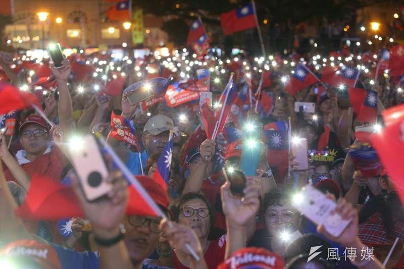 台灣政治走向「爽政治」,粉與黑兩極對立。圖為國民黨總統參選人韓國瑜造勢現場,韓粉熱情高呼口號。(顏麟宇攝)