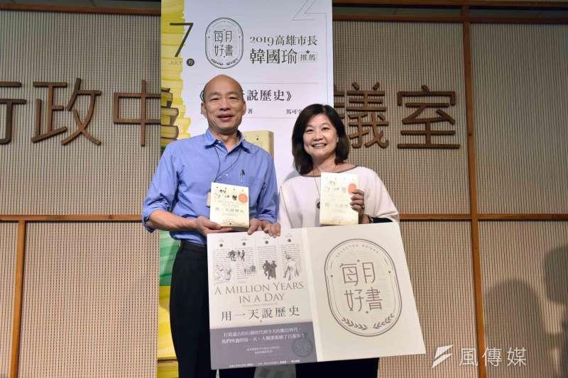 高市長韓國瑜(左)2月起親自推薦每月好書,帶動全市閱讀風氣,翻轉高雄文化沙漠惡名。(圖/徐炳文攝)